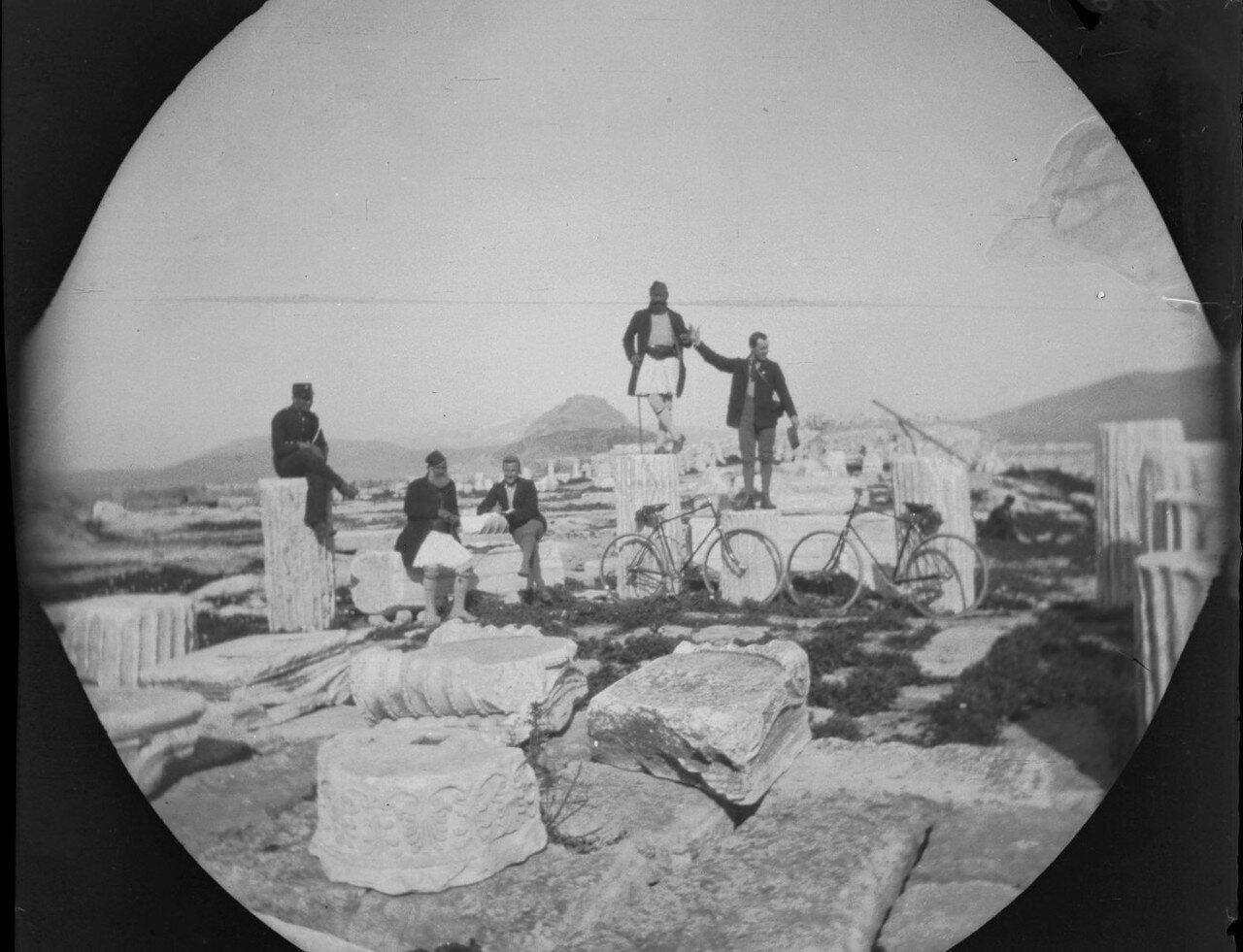 Уильям Захтлебен, Том Аллен и три охранника Акрополя на фрагментах колонн