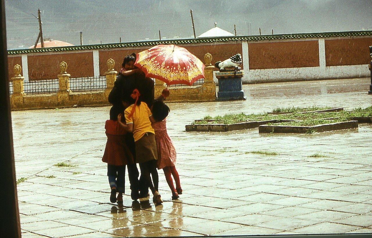 Улан-Батор. Дети в дождь