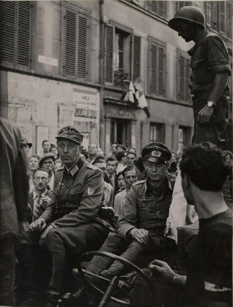 25 августа. Немецкие офицеры,  захваченные в плен