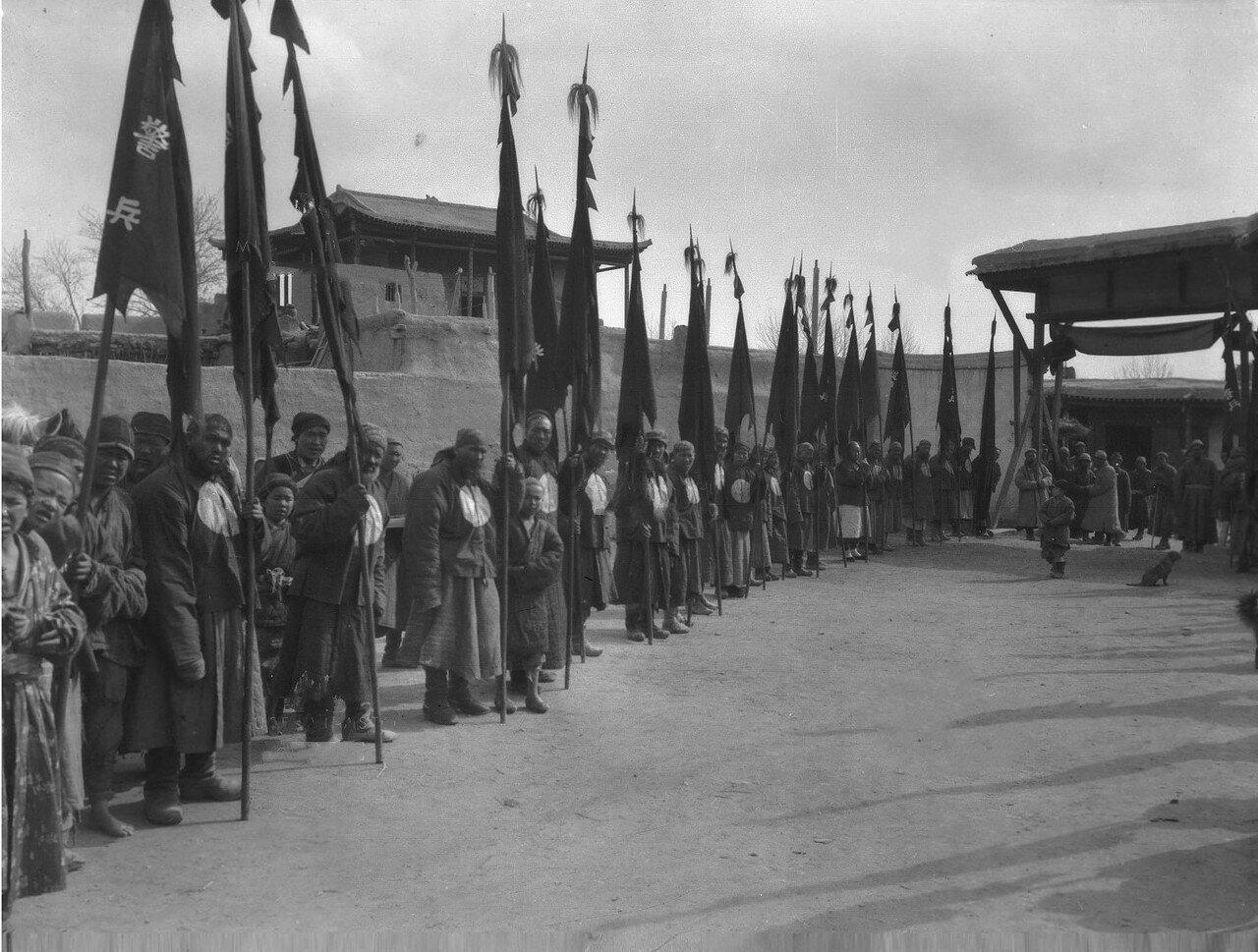 Почетный караул во дворе у даотана во время визита Маннергейм
