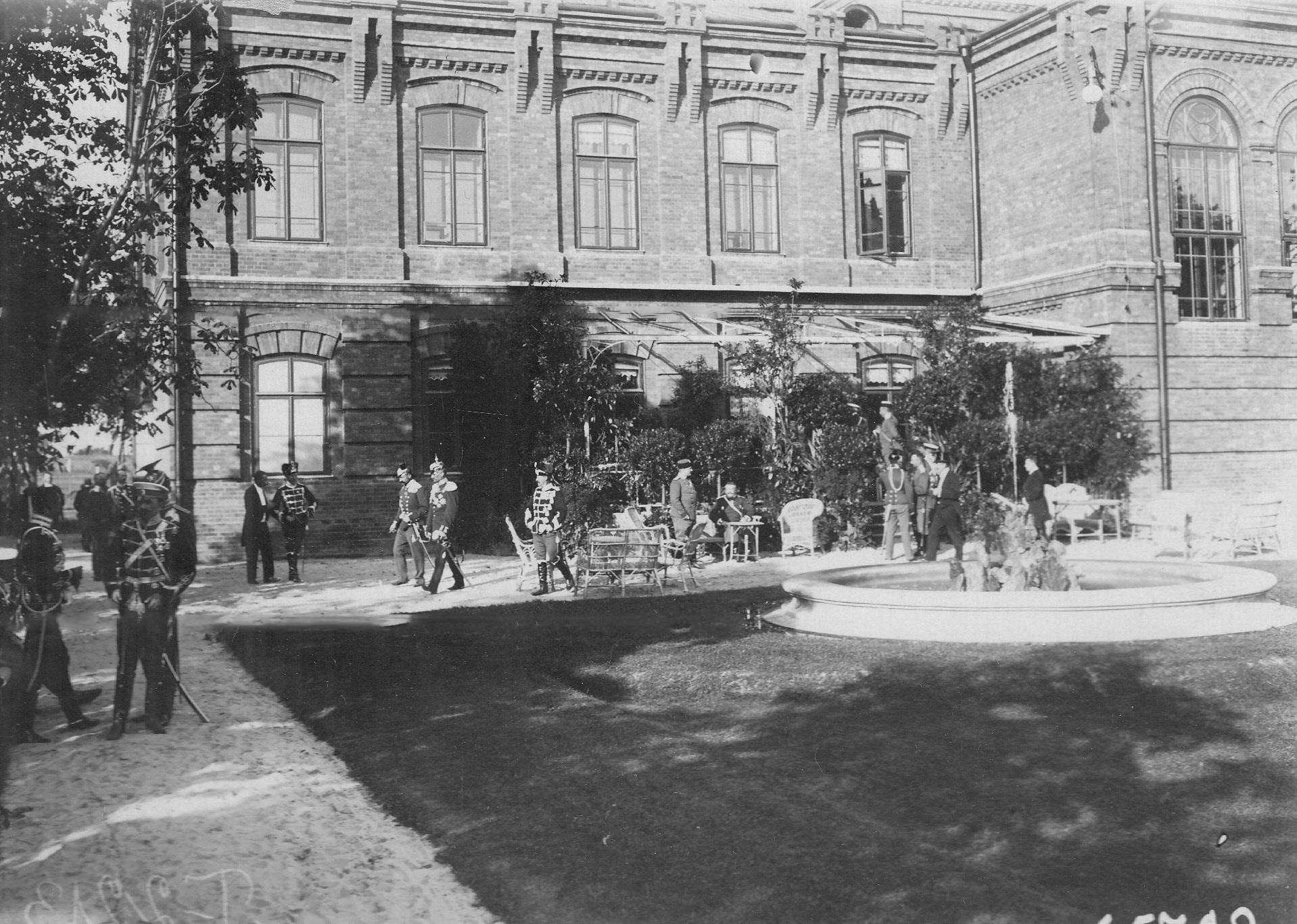Офицеры германской армии, приехавшие на празднование 150-летнего юбилея полка, в саду