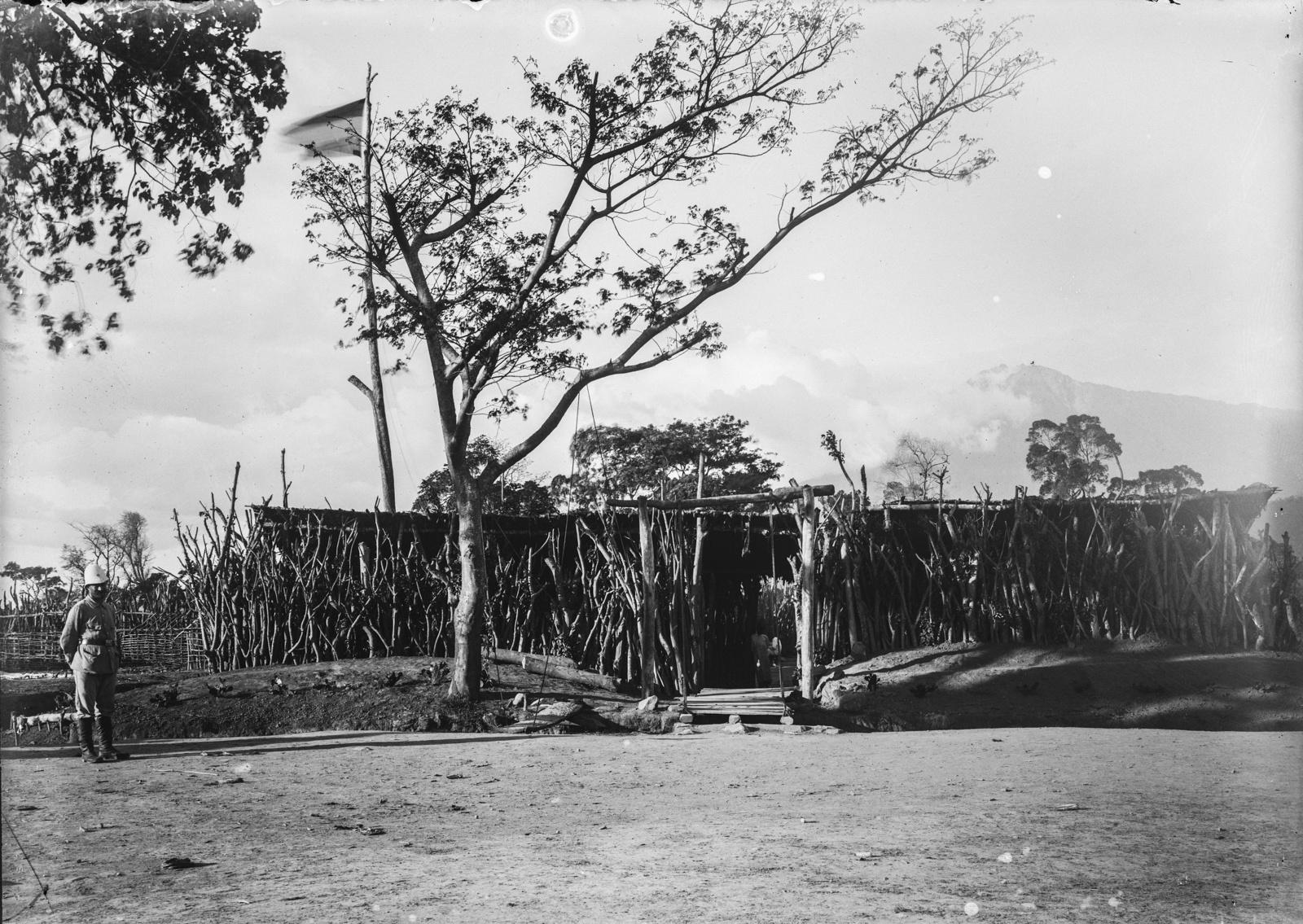 214. Станция немецкого общества Восточной Африки (ДОАГ) в деревне у подножия Меру в Палиссадене