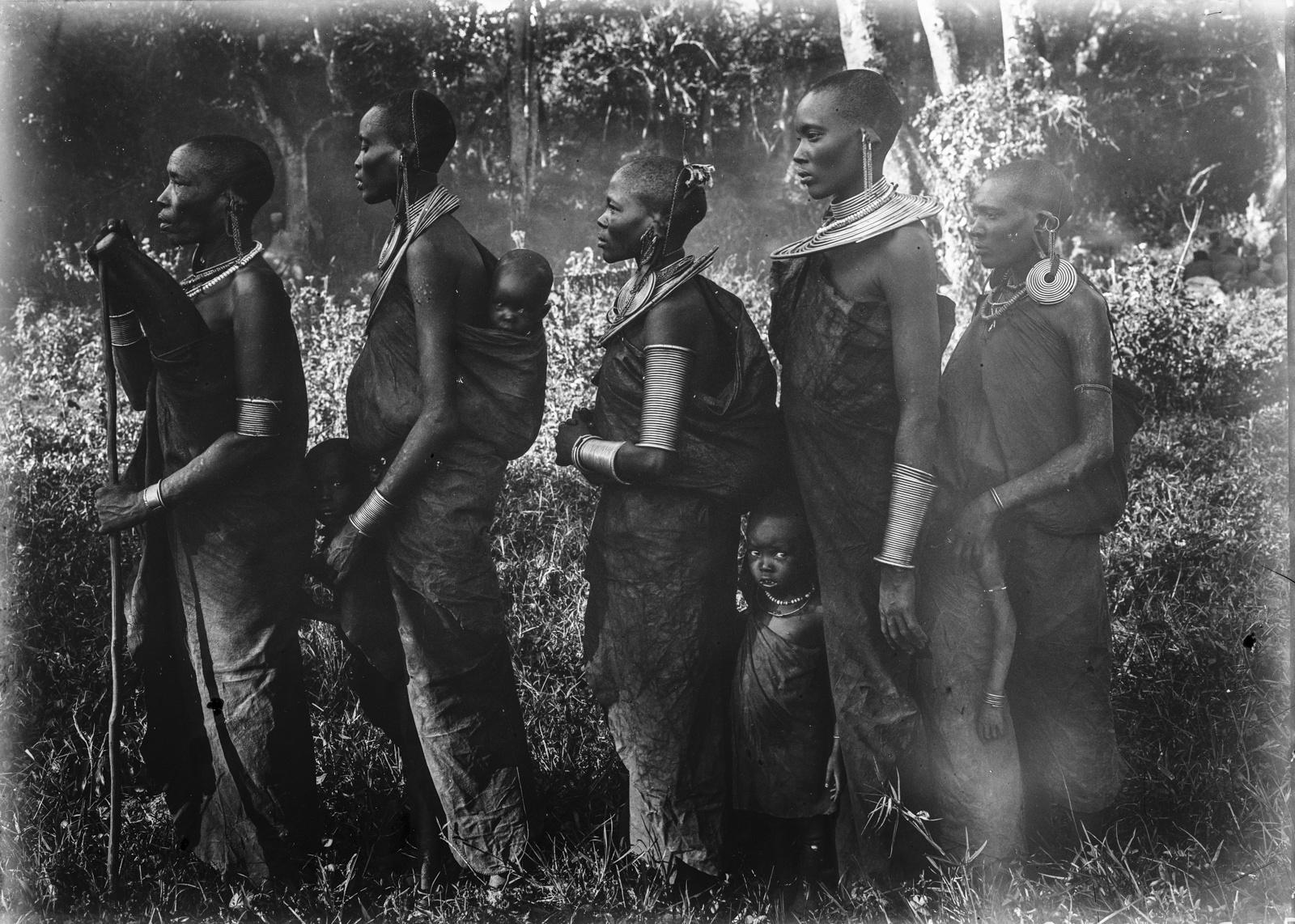 240. Женщины и дети масаев