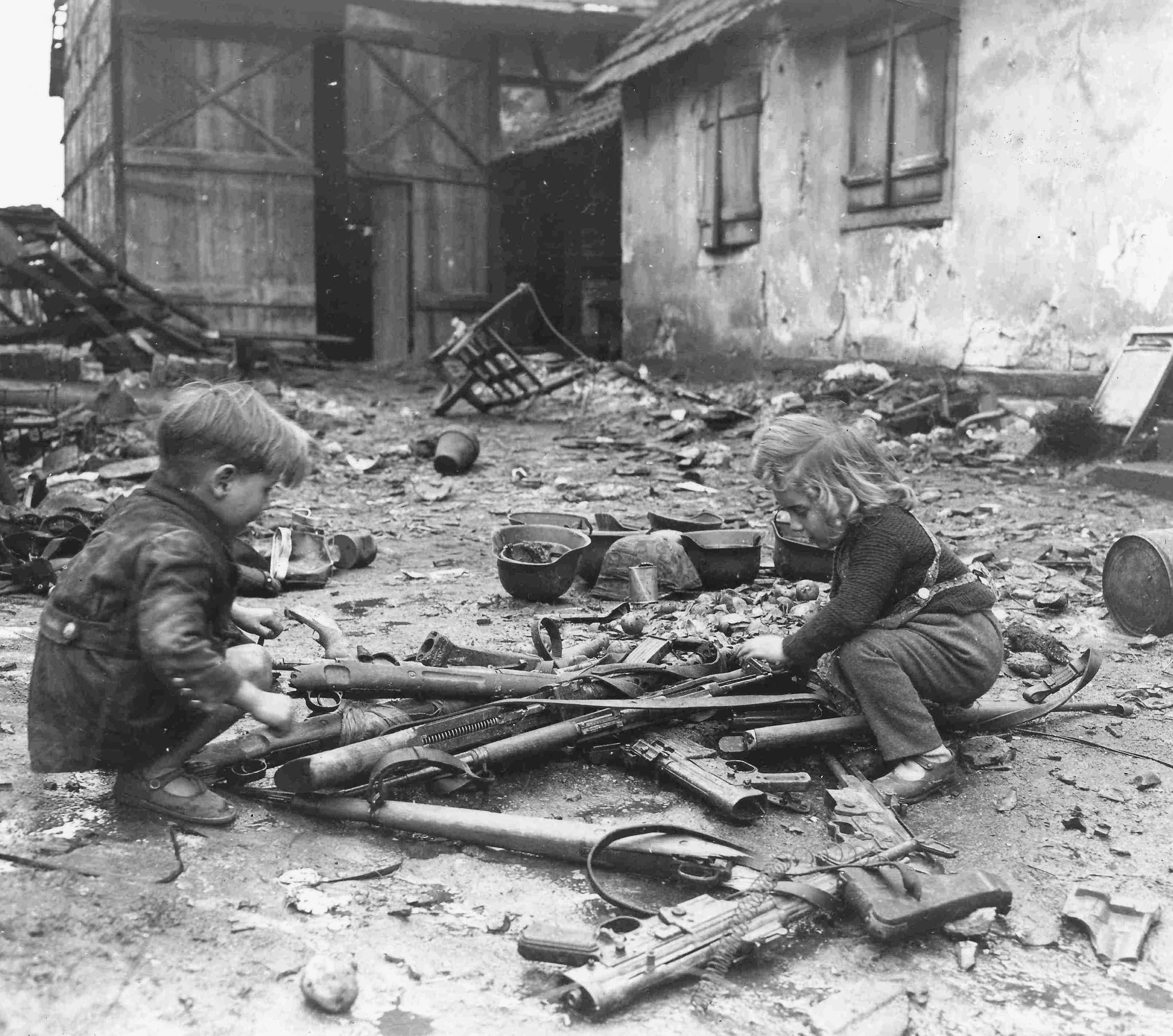 Играющие с оружием дети. Германия, 1945 год.