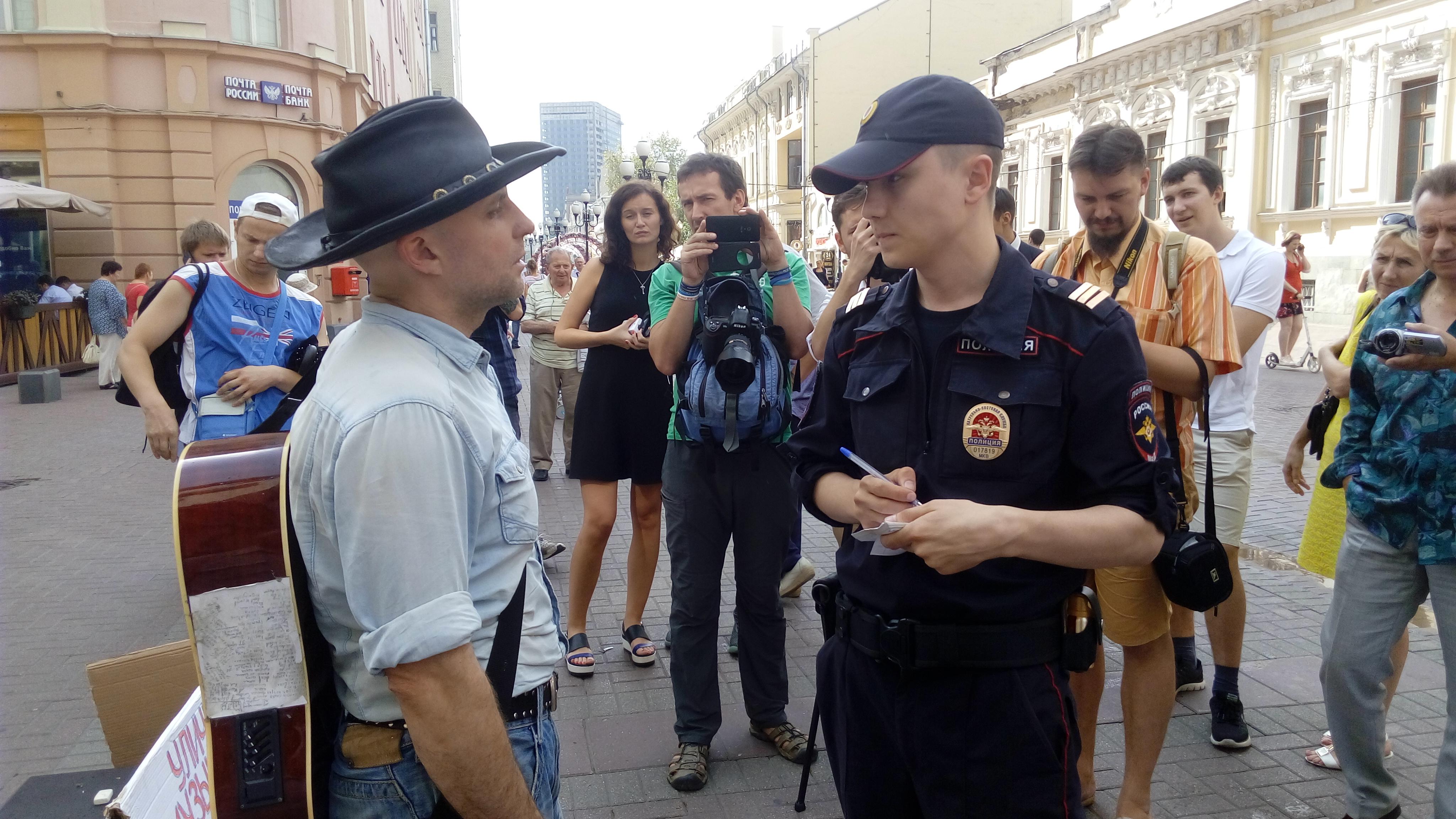 Полицейский разговаривает с Олегом Мокряковым