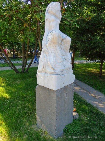 Новосибирск. Скульптурная композиция Девушка с веером в Первомайском сквере