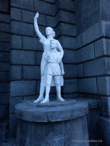 Новосибирск. Скульптура Женщина с ребенком на железнодорожном вокзале