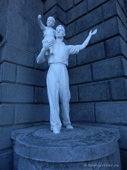 Новосибирск. Скульптура Мужчина с ребенком на железнодорожном вокзале