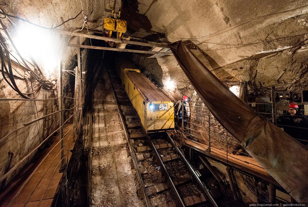 7. Чтобы добраться до забоев и обратно, порой за смену шахтеры проходят пешком по горным вырабо