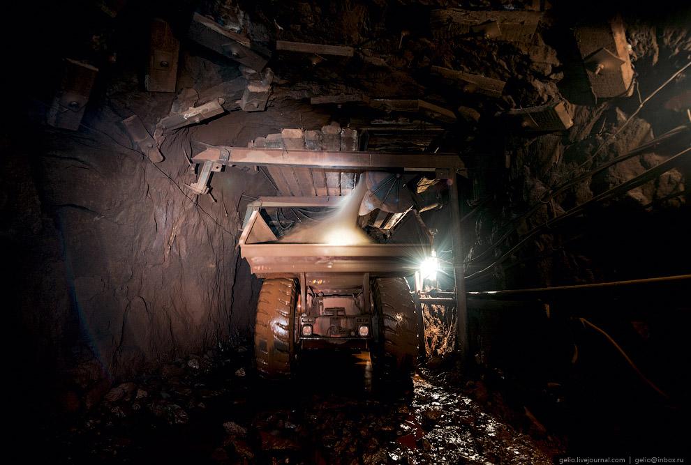 15. Далее самосвал разгружается в бункер-накопитель для дальнейшей транспортировки руды в вагон