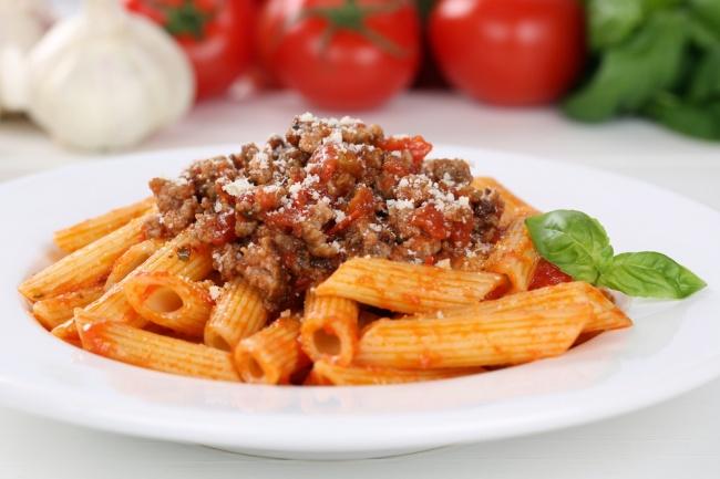 Для полноценного ужина кэтому соусу понадобится только отварить пасту. Вкниге «Семейный ужин. Гото
