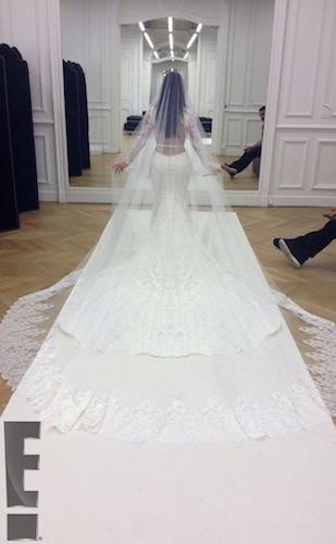 Менее романтичные натуры могут сконцентрироваться на платье невесты – наконец-то его можно рассм