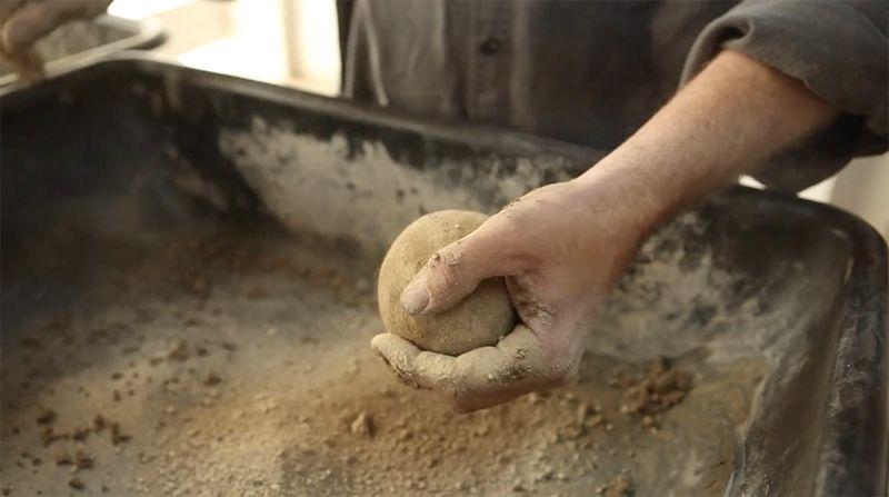 Искусство лепки идеальных шаров из грязи (14 фото)