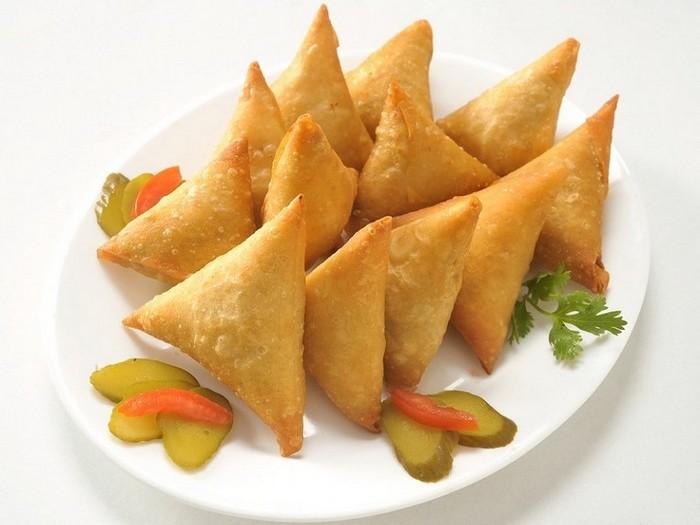 5. Самса Самса представляет собой пряные треугольные пирожки из жареного теста с начинкой из мяса ил