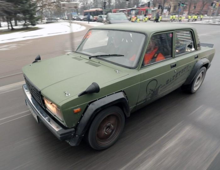 Он выбирал между многими двигателями, от Fiat до Nissan, но в итоге остановился на 3-литровом V8 M60