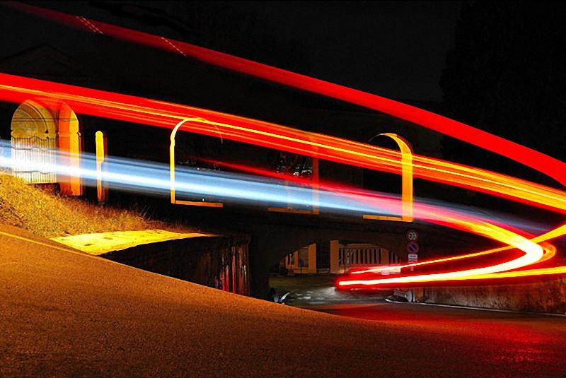 13. Автомобиль мчится по ночной Болонье.