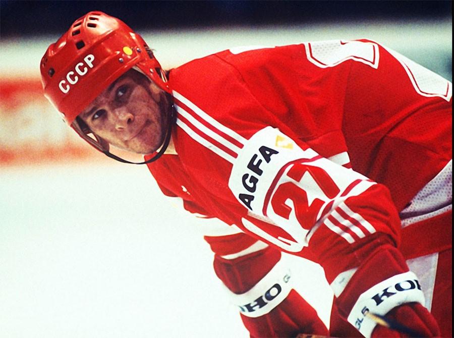 Нападающий сборной СССР, чемпион мира и Европы по хоккею Вячеслав Быков, 1985 год. Фото Сергея Гунее