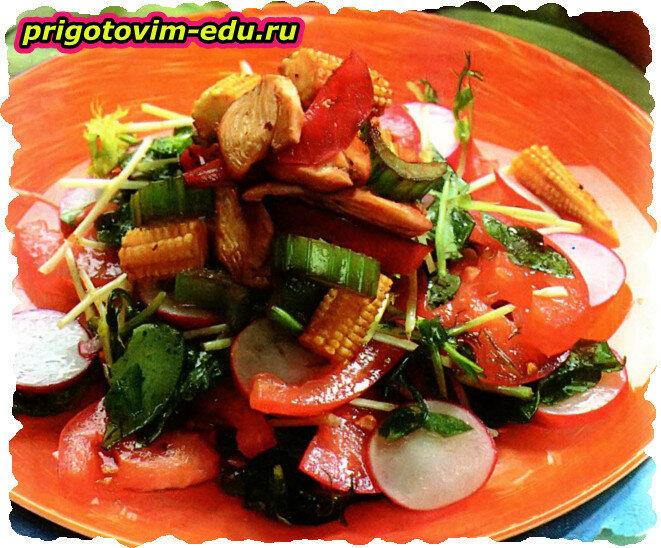 Салат с курицей и зеленью редиса