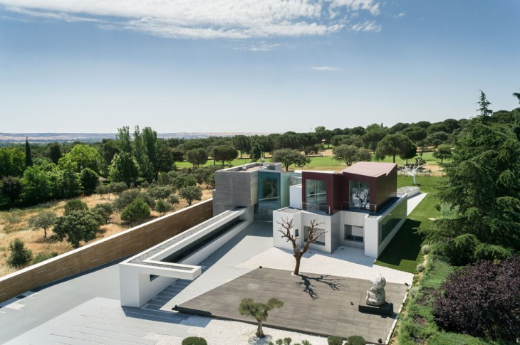 The impressive HOUSE H in Spanish capital is back on our pages with additional photography by archit
