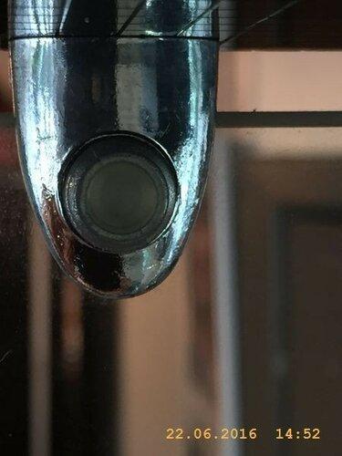 Разглядываю крепёж стекляных стенок шкафчика