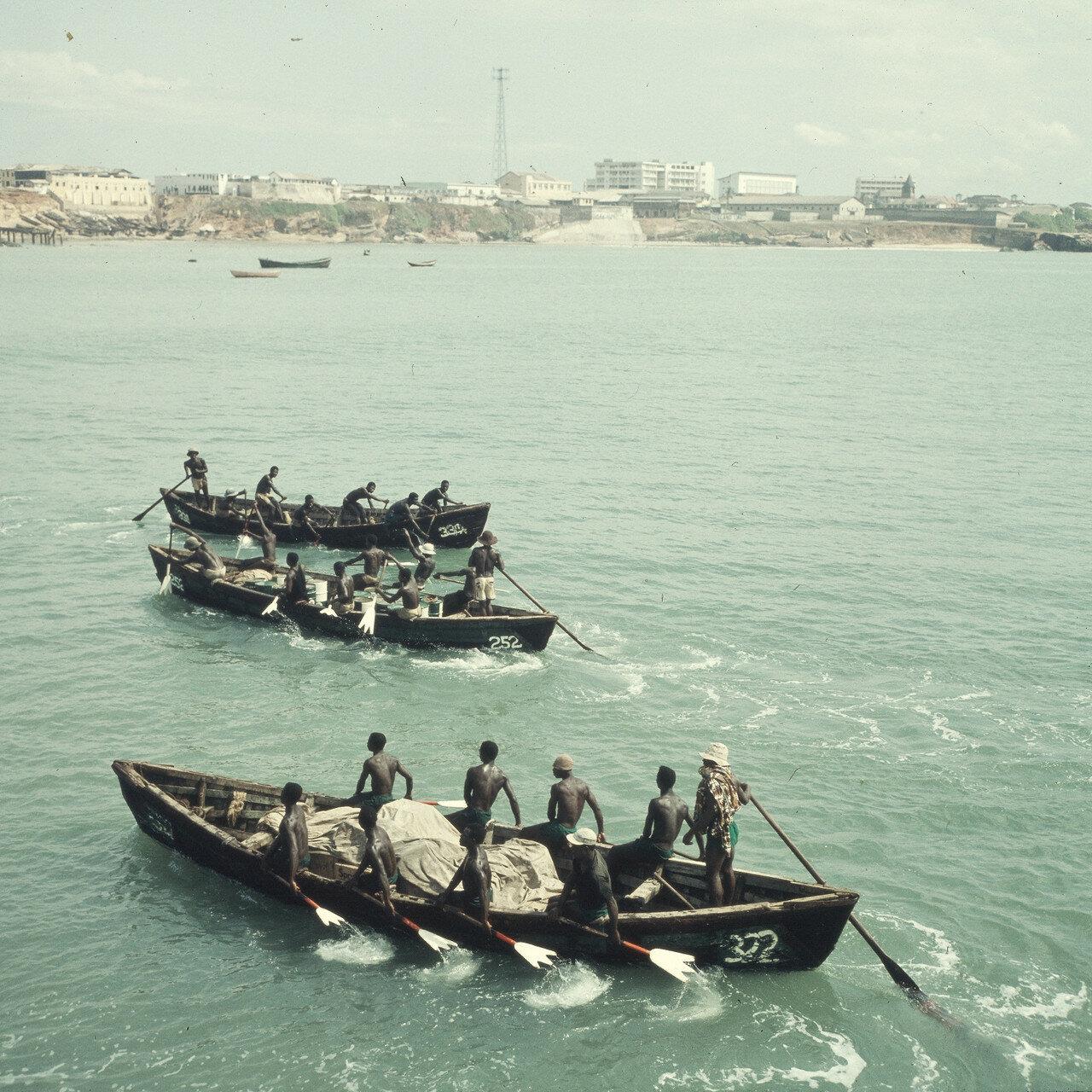 Перевозка товаров на берег на прибойных шлюпках