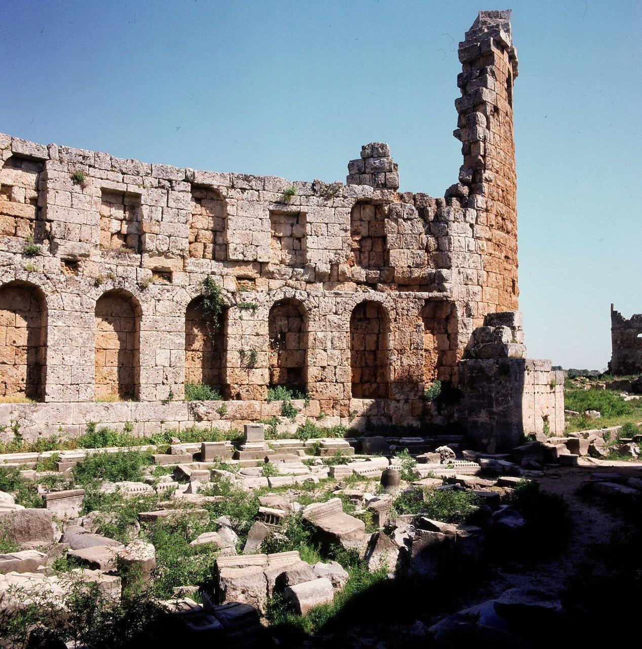 Перга.  U-образный двор с нишами в стенах. Раскопки показали, что здесь когда-то стояли статуи богов, императоров и основателей города