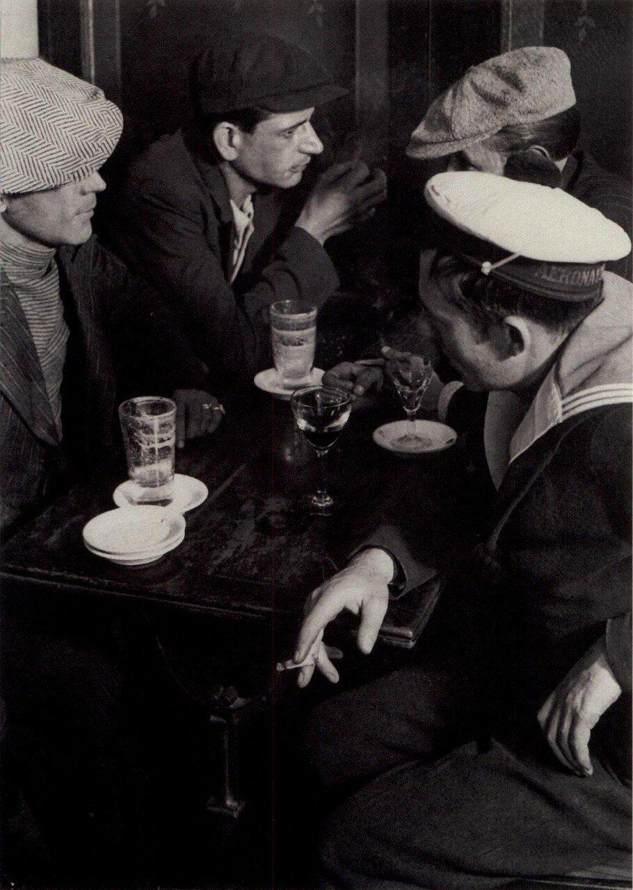 1932. Члены криминальной группировки в бистро, Площадь Италии