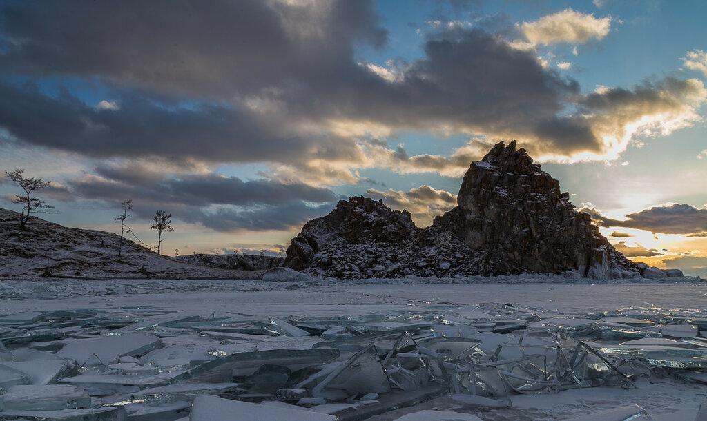 Озеро Байкал. Мыс Бурхан, скала Шаманка на закате