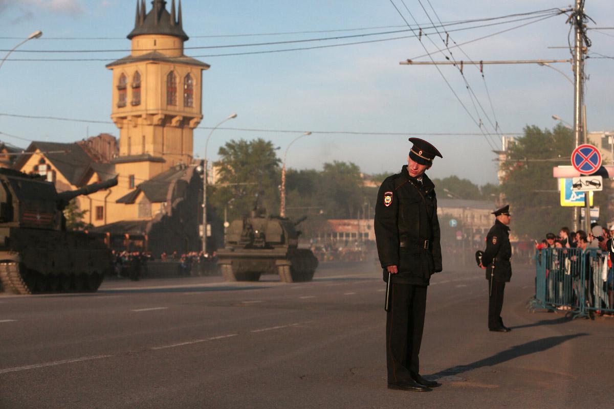 Пока техника следовала к Красной площади, маршрут тщательно охранялся полицейскими.