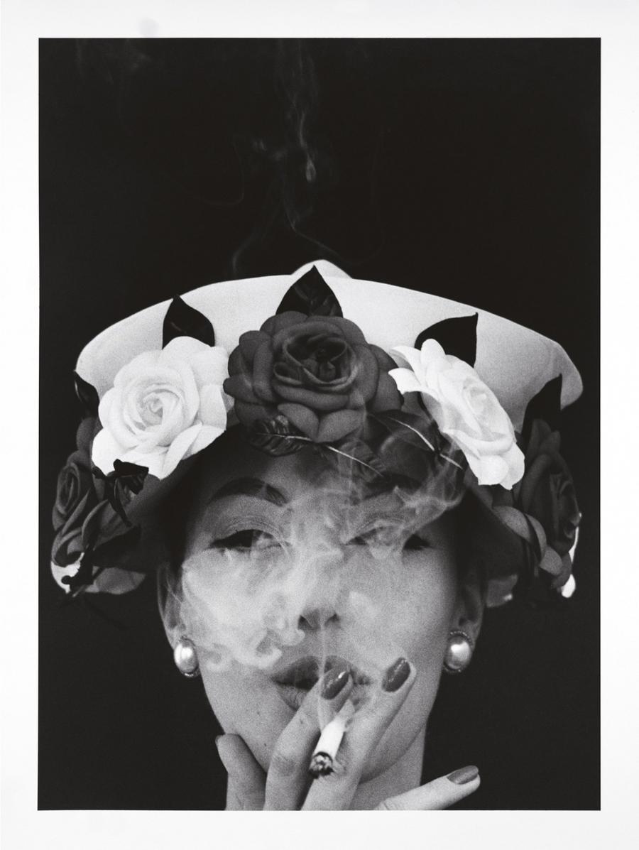 4. Шляпа + 5 роз, Paris Vogue, 1956 год. Автор: американский фотограф и кинорежиссёр Уильям Кляйн.