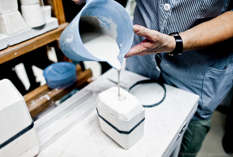 16. Сложные изделия делаются из нескольких деталей и скрепляются более густой фарфоровой массой