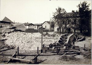 Поворотный круг, выброшенный 42 см. германским снарядом на разрушенную станцию.