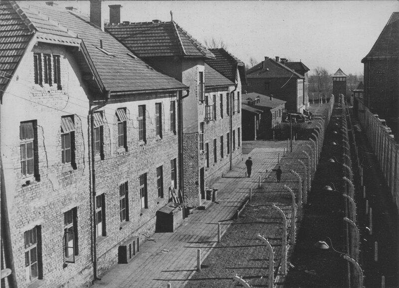 Бараки концлагеря Освенцим (Аушвиц 1) (бывшие строения польских, а ранее австрийских казарм) за двойным проволочным забором