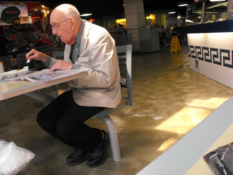 Старичок, проводящий  целый  день  здесь, в  кафе. Торонто.