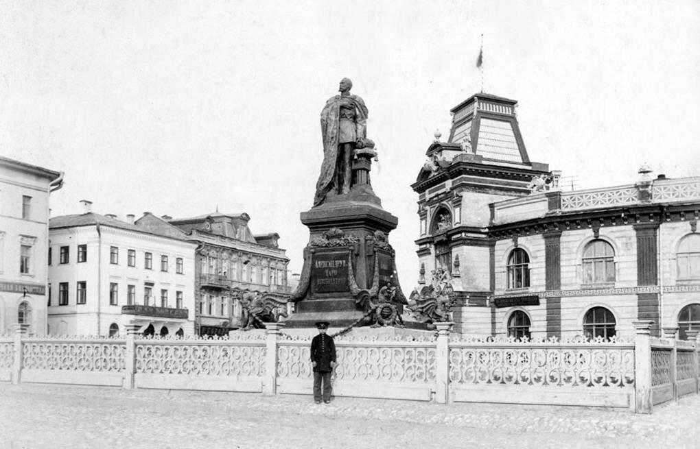 Городской музей и памятник Александру II