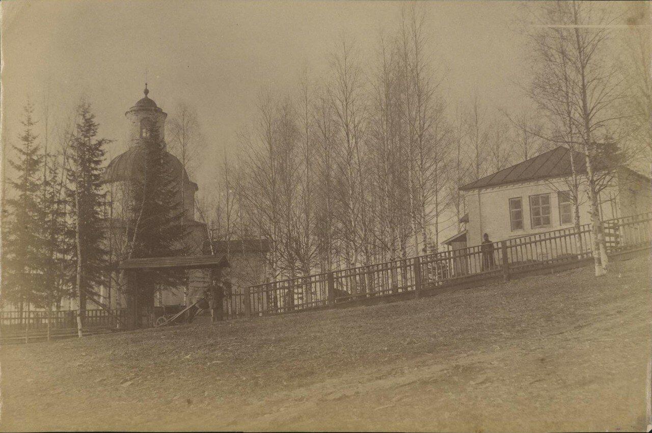 Окрестности Великого Устюга. Деревянная часовня в Котовалове, построенная на месте, где, по легенде, выпал каменный дождь из тучи, отведенной от Великого Устюга молитвами Прокопия Праведного в грозовой день 1290 года