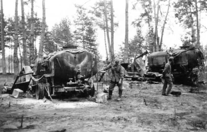 Уничтоженные советские бензозаправщики.