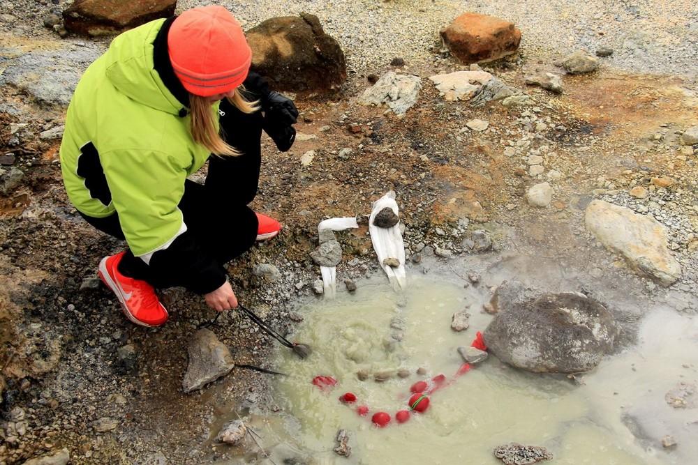 В горячих серных источниках Исландии красят яйца