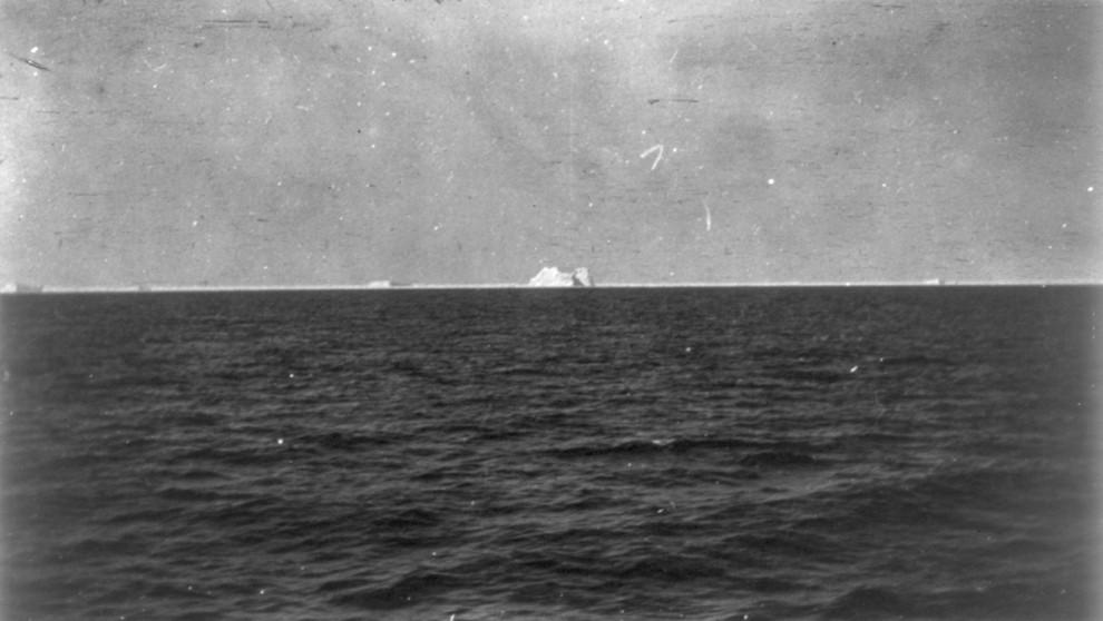 Шлюпка с выжившими пассажирами «Титаника», 15 апреля 1912 года.