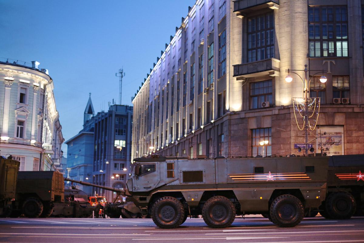 На Тверской улице техника ожидает своей очереди для участия в параде.
