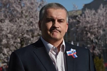 Накрымско-татарском празднике под Бахчисараем развернули наибольший национальный флаг