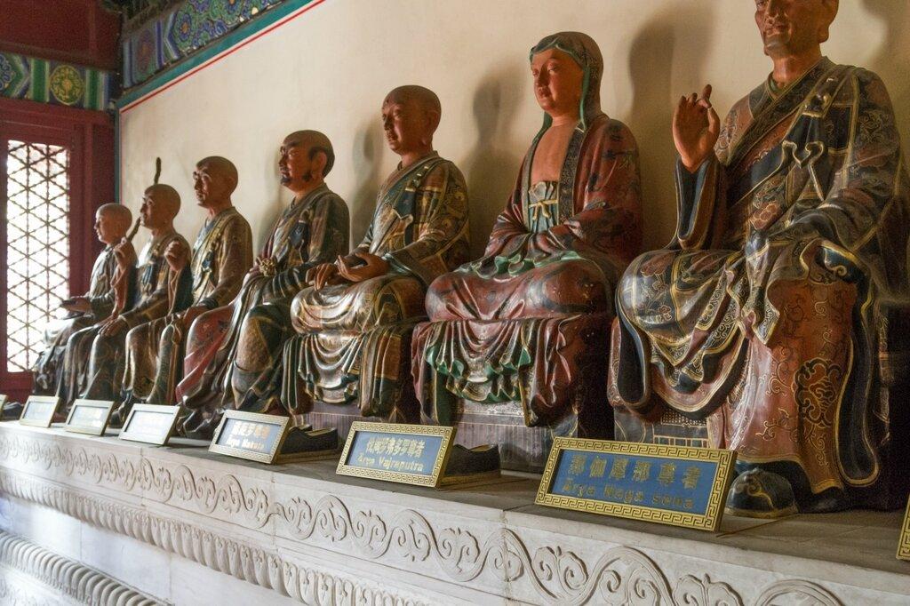 Статуи архатов в Зале Колеса Закона (Фалуньдянь), парк Бэйхай, Пекин
