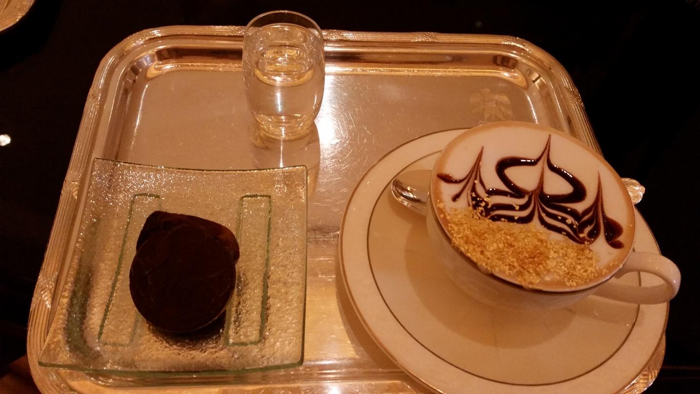 Фотография 5. Зайти в Эмирейтс-Палас на чашечку кофе. 1/20, 2.2, 320, ЭФР-31мм. Снято на смартфон.