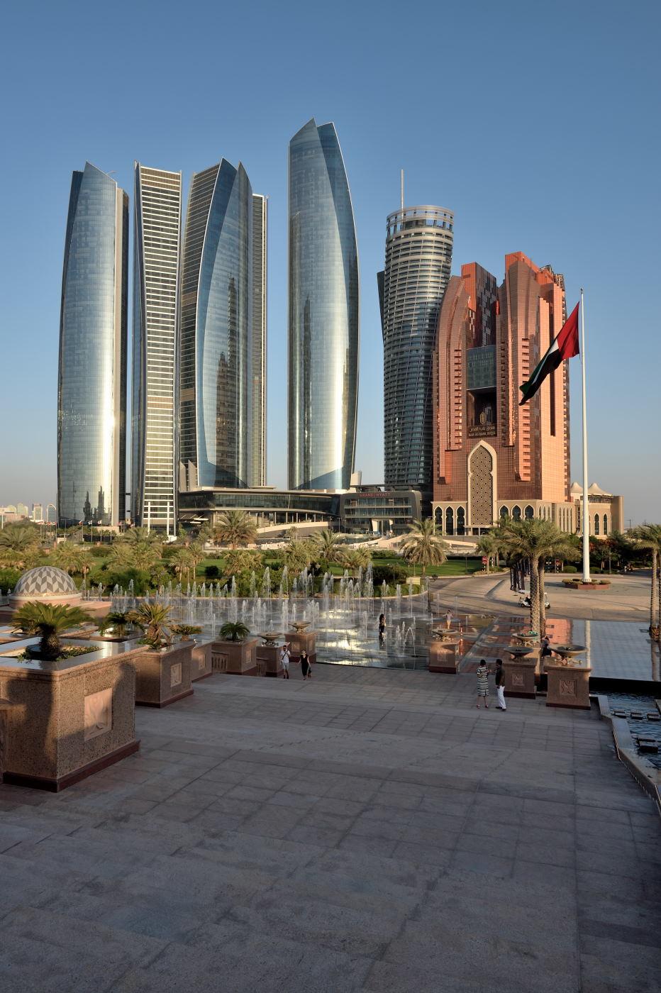 Фото 1. Дворец EmiratesPalace Hotel в Абу-Даби. Параметры съемки: выдержка 1/80 секунды, дифрагма f/13.0, ISO 100, фокусное расстояние 24 мм. Фотоаппарат Nikon D4s, объектив Nikon 24-70/2.8.