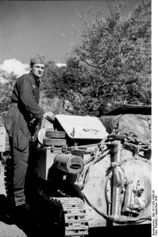 Albanien, italienischer Soldat auf Panzer