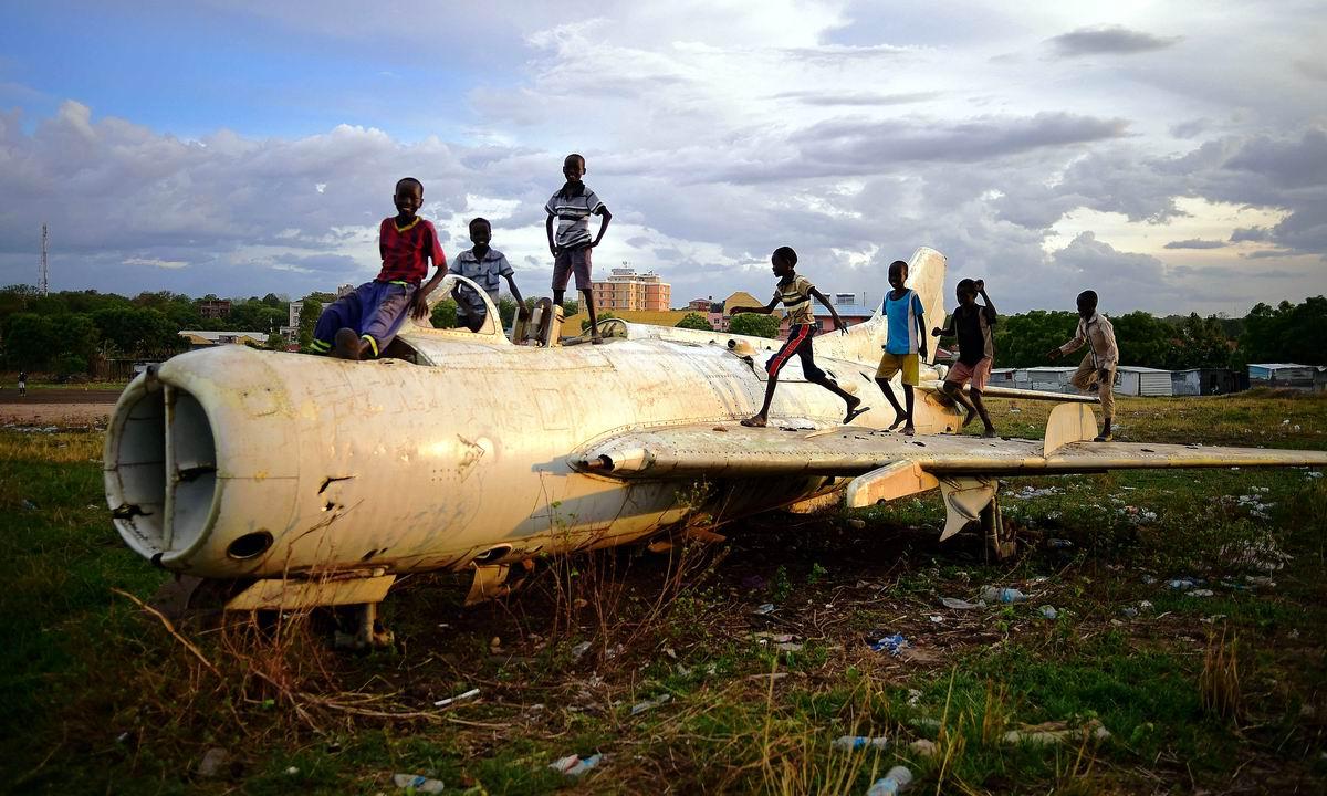 Самолет, самолет - ты возьми меня в полет: Развлечения суданских детишек