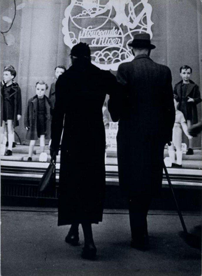 1934. Пара изучает витрину с детской одеждой на Больших бульварах