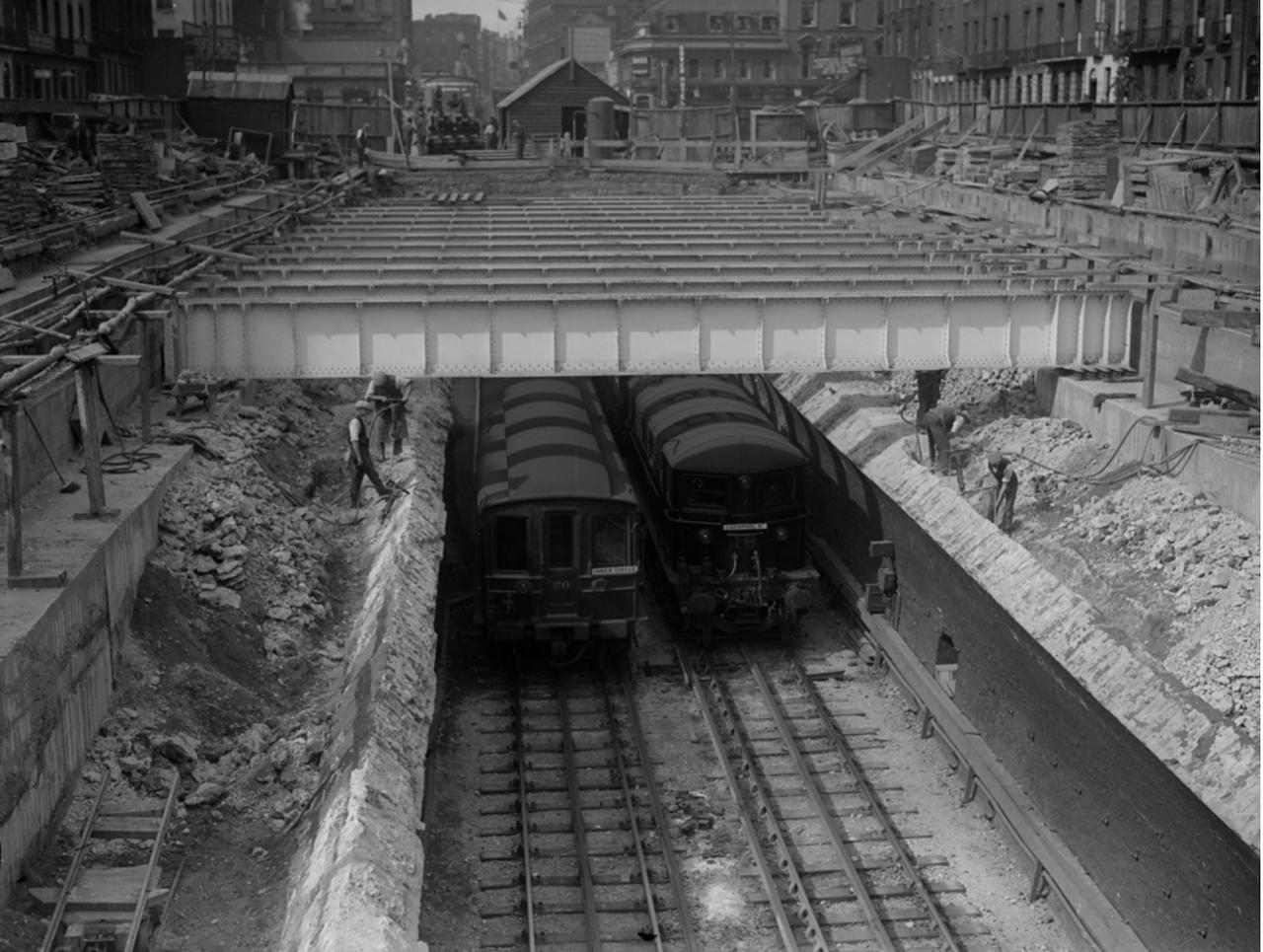 1930. Удлинение платформ на станции метро «Юстон-сквер»
