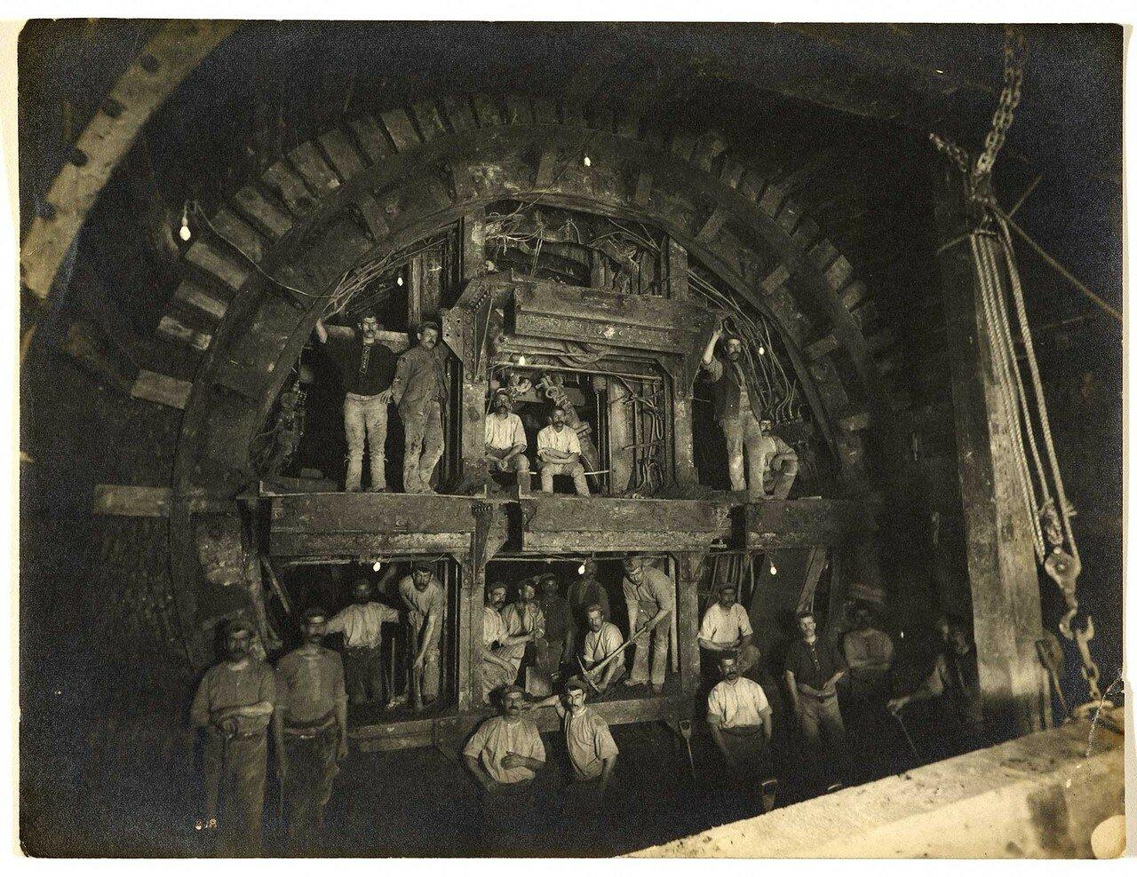1898. Рабочие на строительстве станции «Британский музей»