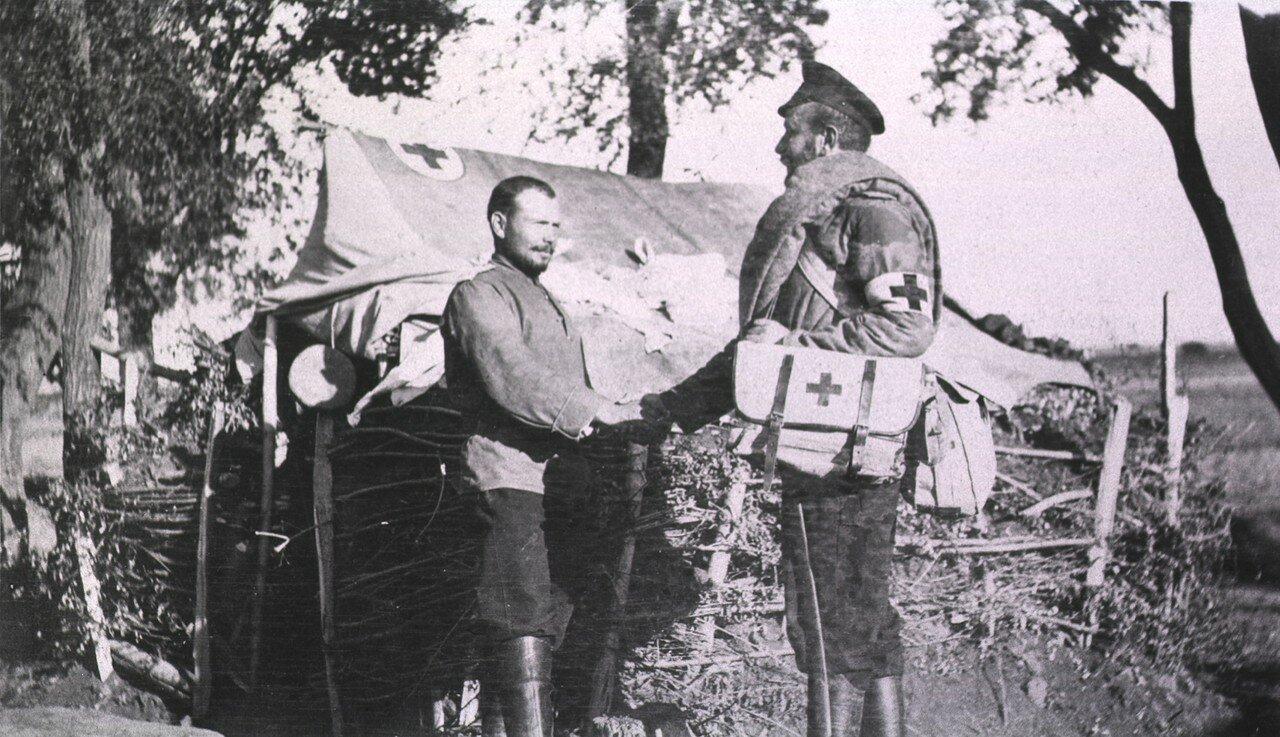 Фельдшер пожимает руку солдату